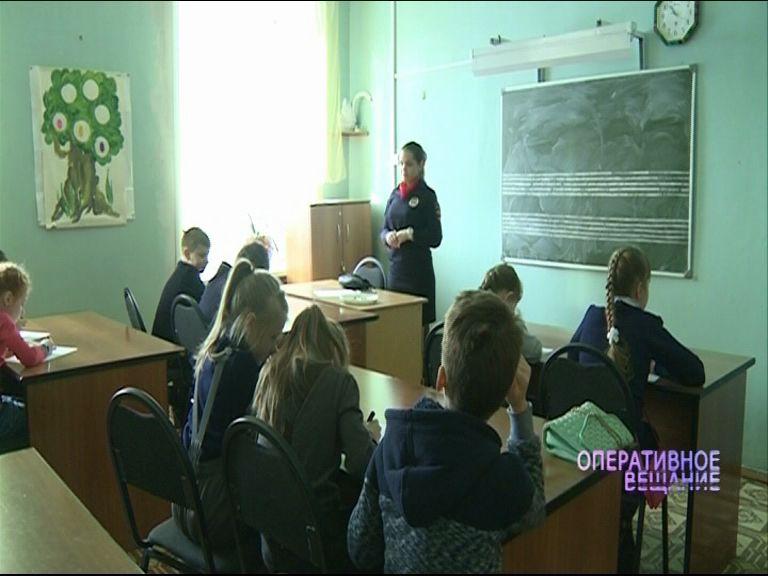 Инспекторы ГИБДД объясняют школьниками, как надо вести себя на дороге