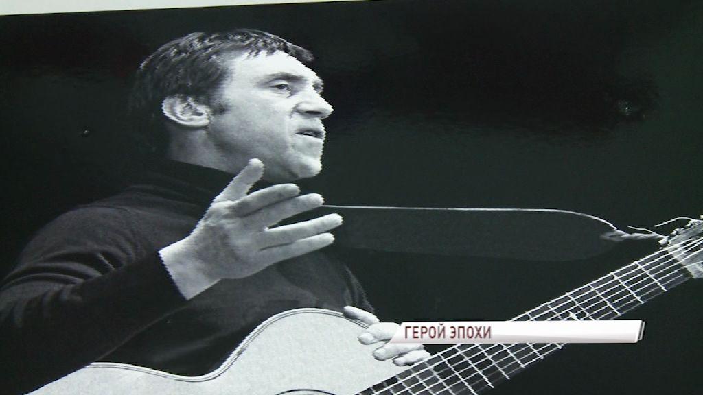 Владимиру Высоцкому исполнилось бы 80: на концерте в Ярославле у него порвалась струна