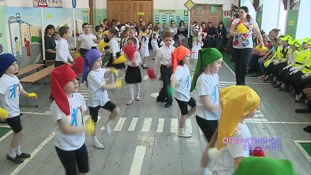 Школьники из Гаврилов-Яма учат правила дорожного движения через театральные постановки