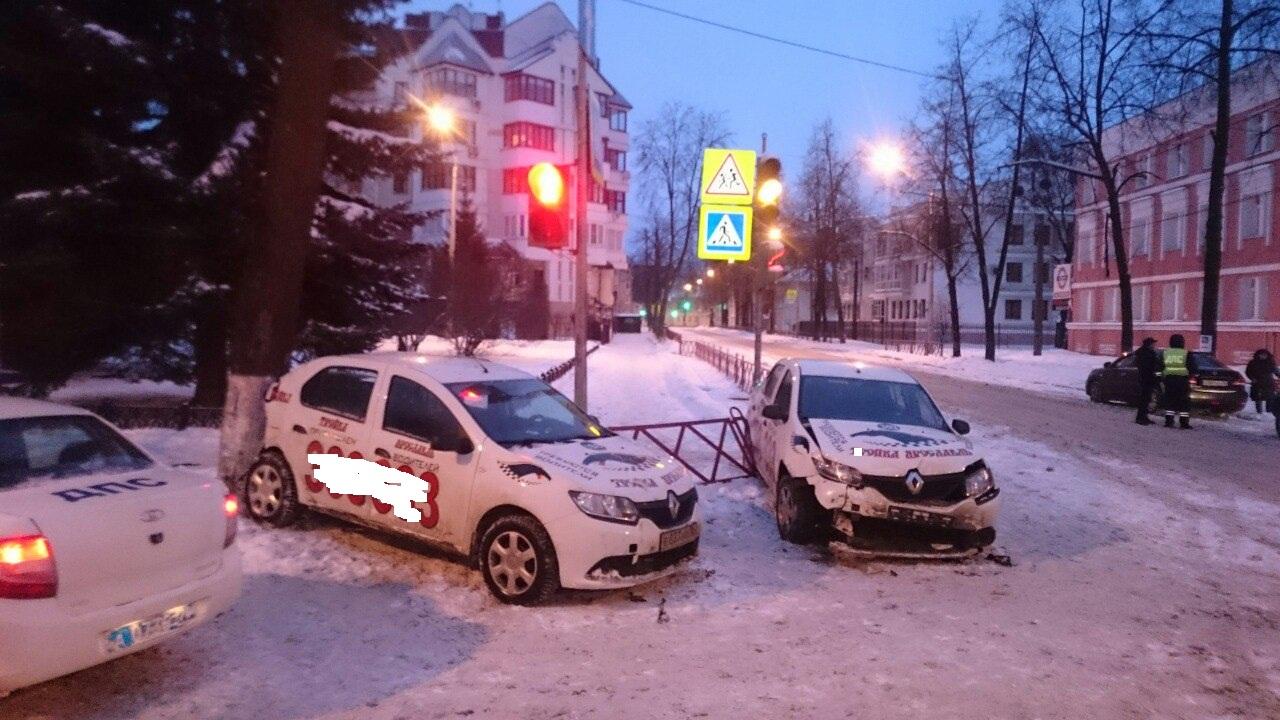 Бей своих, чтобы другие боялись: в центре Ярославля в ДТП угодили две машины одной службы такси