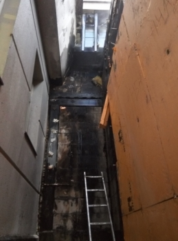 В Ярославле загорелась пристройка рядом с известным отелем
