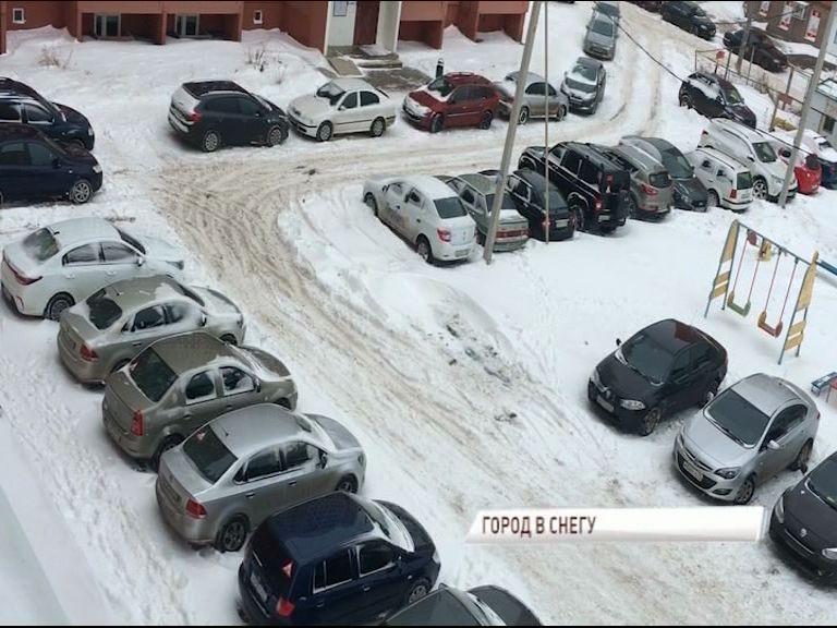 Ярославль снова утонул в снегу: неубранные дороги, аварии и километровые пробки