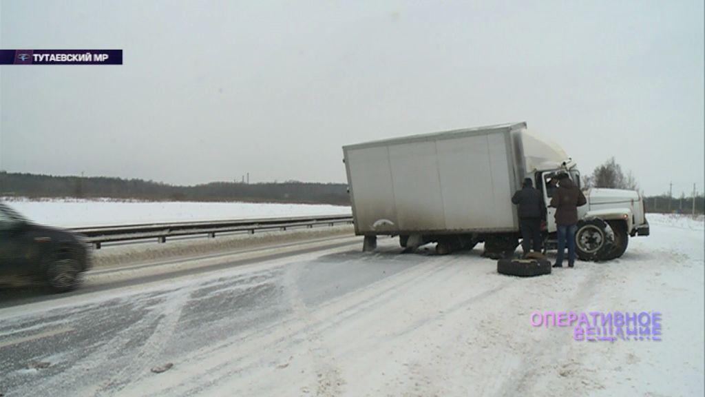 На подъезде к Тутаеву у грузовика прямо на ходу отвалилось колесо