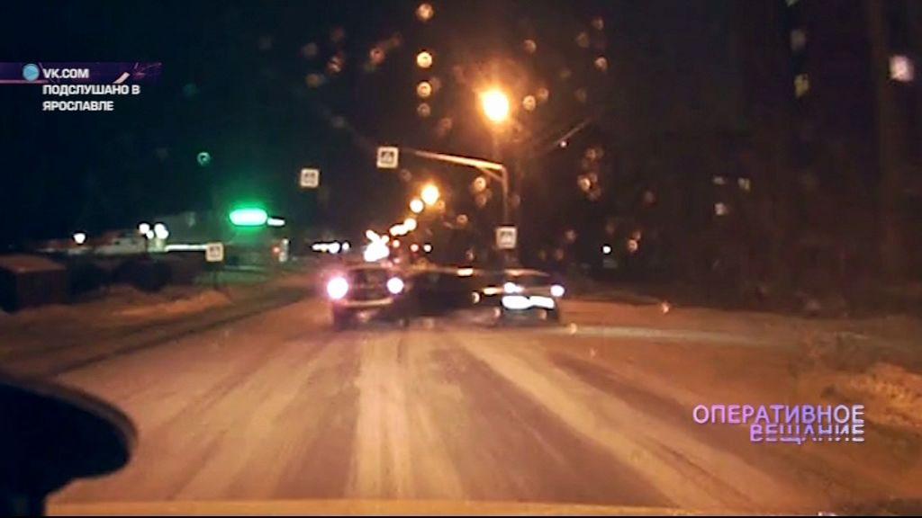 ВИДЕО: Опасный поворот: водитель протаранил две машины