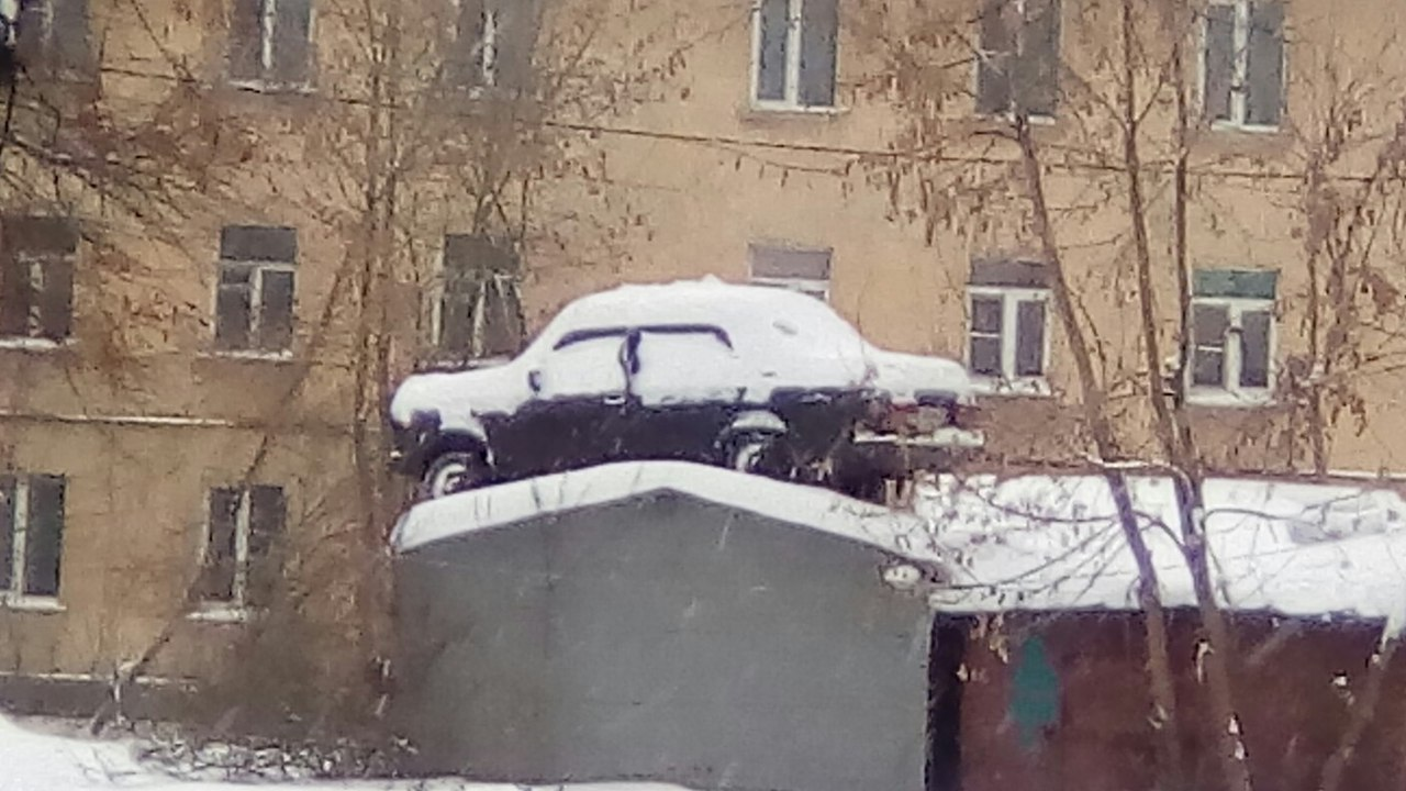 Парковочные войны: ярославец «передвинул» машину соседа на крышу гаража