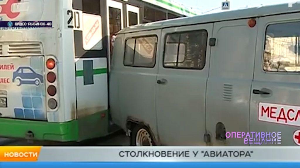 В Рыбинске пассажирский автобус столкнулся с машиной медицинской службы