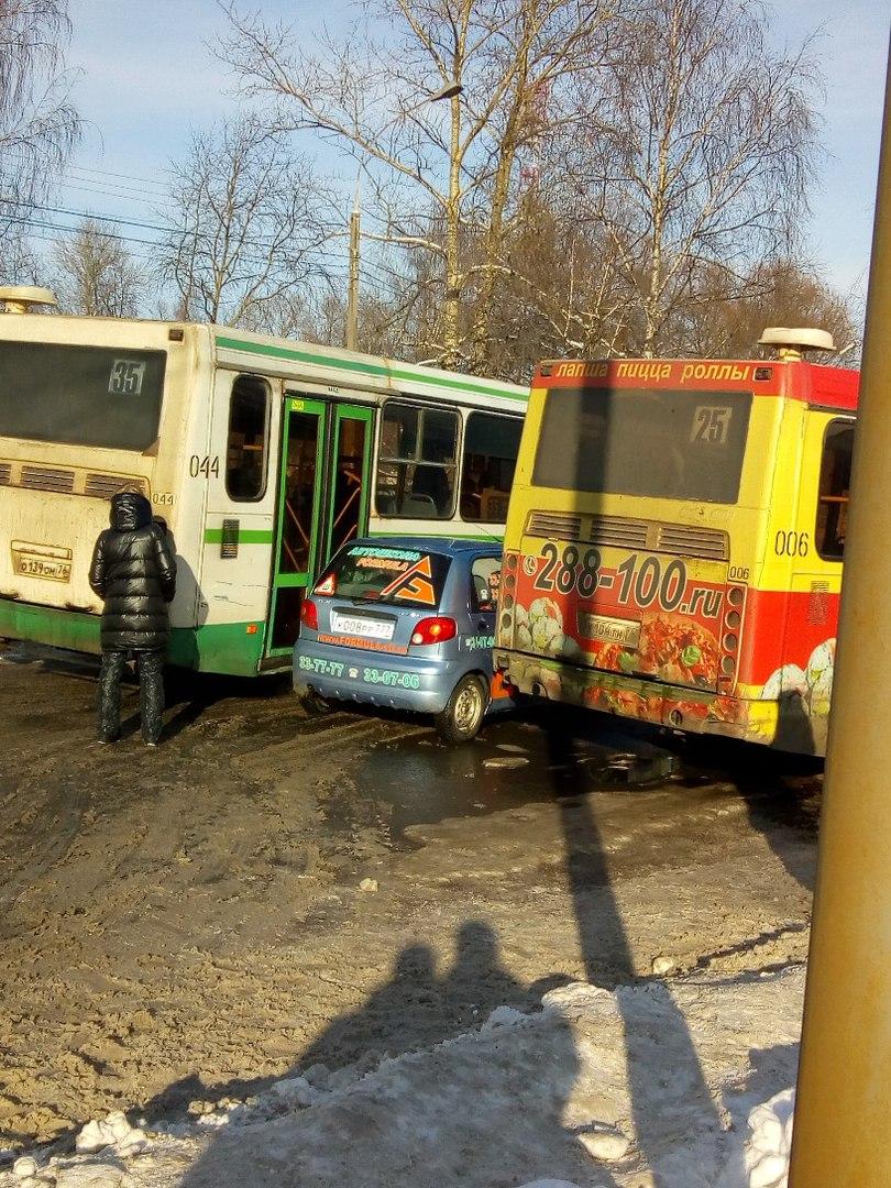 «Матиз» зажало между двумя автобусами