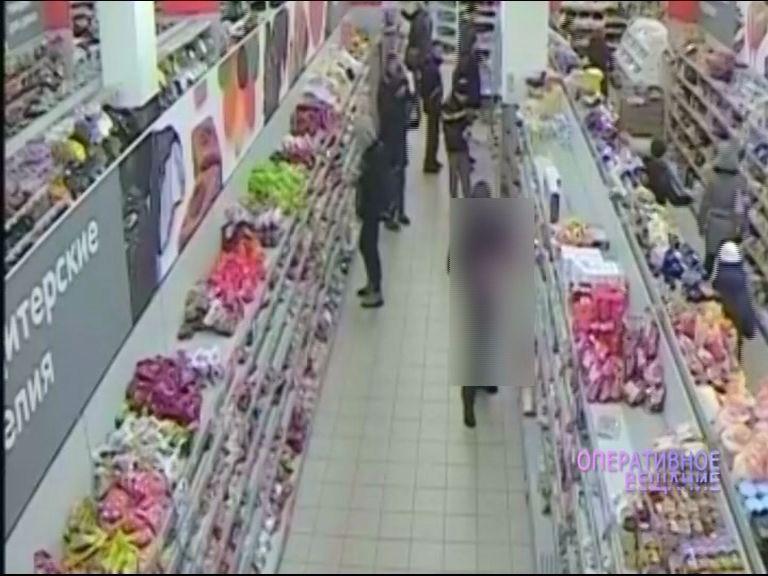 ВИДЕО: Две подружки взяли с полок гипермаркета косметику и спрятали под одежду