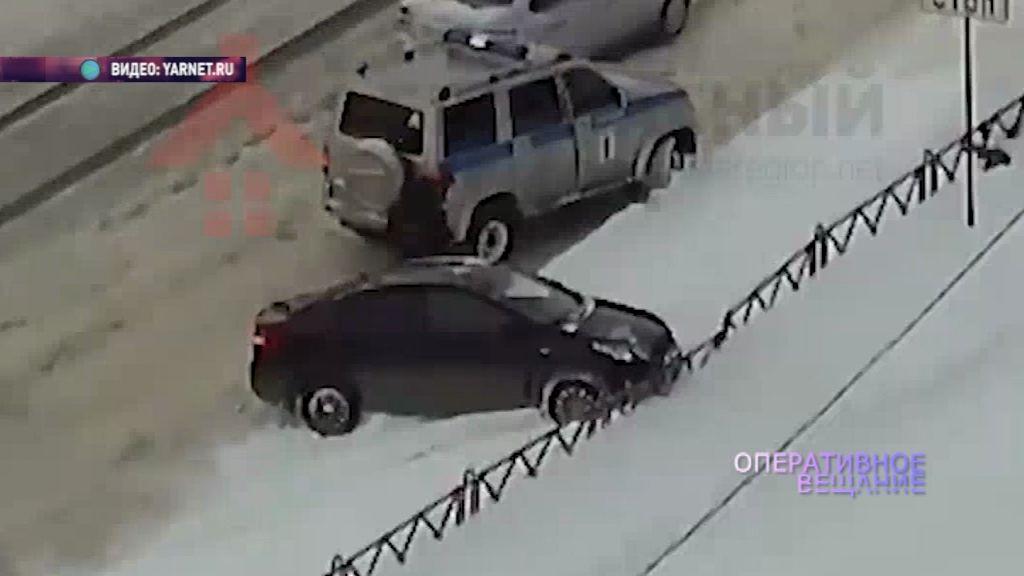 ВИДЕО: Полицейские помогли влетевшему в забор водителю