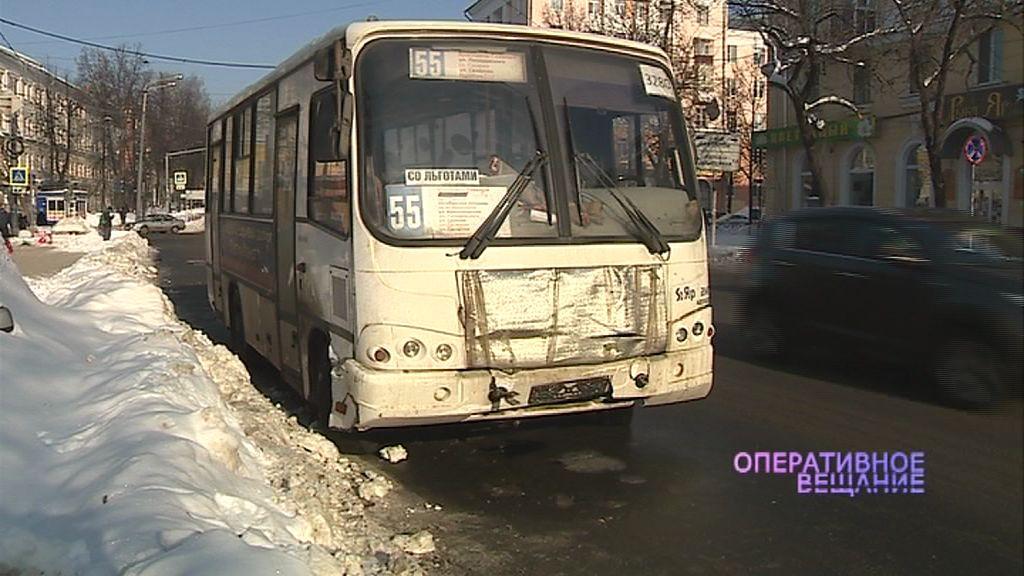 Маршрутка в центре Ярославля столкнулась с легковушкой