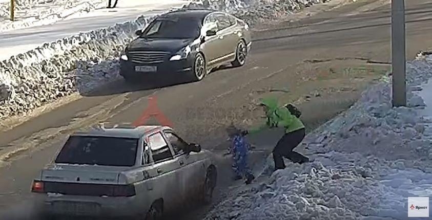 ВИДЕО: Водитель на «десятке» сбил полуторагодовалого мальчика