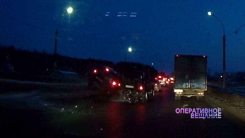 ВИДЕО: Очень торопливый водитель повис на отбойнике
