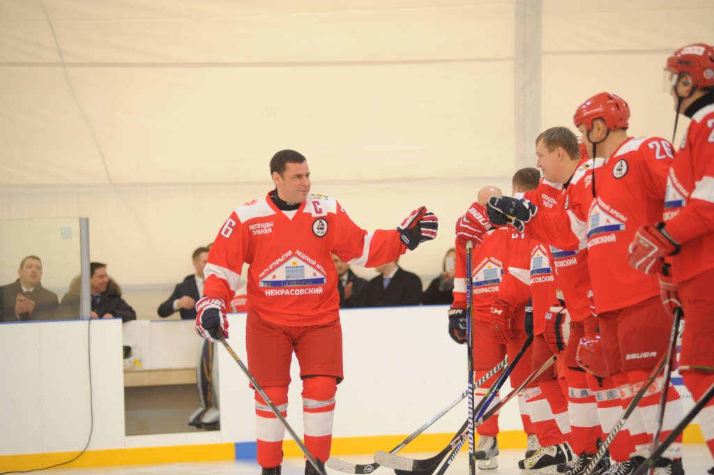 Дмитрий Миронов вышел на лед с легендами российского хоккея