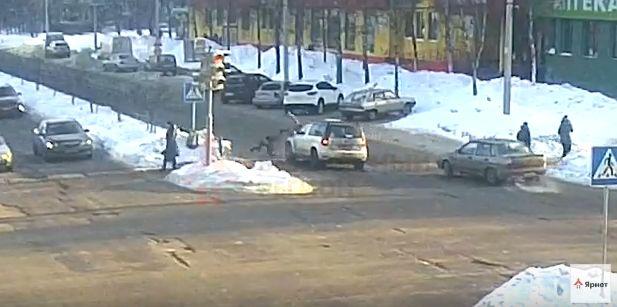 ШОКИРУЮЩЕЕ ВИДЕО: Женщина на «Шкоде» раскидала по дороге трех девочек