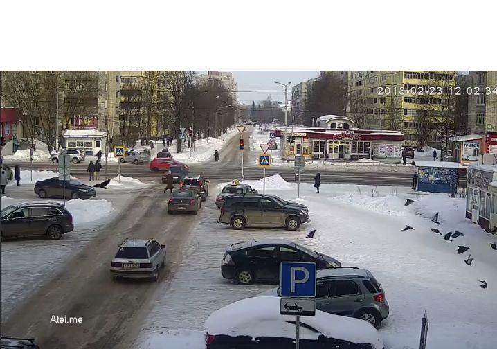ВИДЕО: В Рыбинске две машины вылетели на тротуар прямо на пешеходов