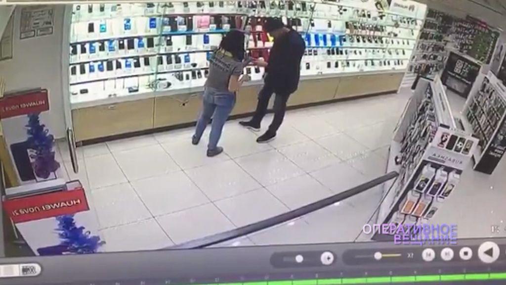 ВИДЕО: Ловкий вор подменил дорогой телефон муляжом