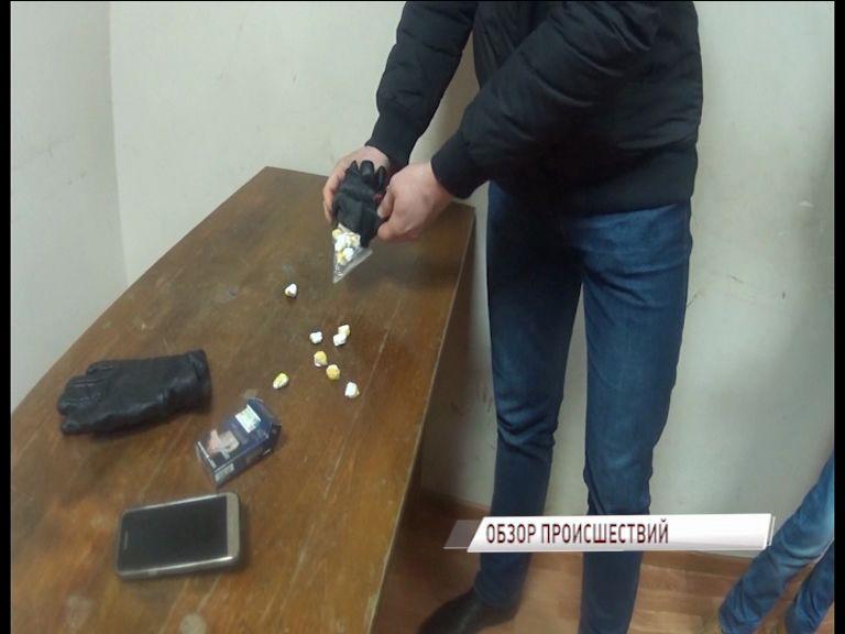 На центральной улице Ярославля задержали парочку с 28 свертками героина