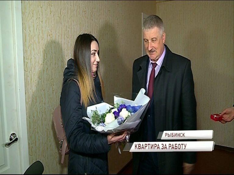 Ключи от квартиры вручили доктору, которая приехать работать в Рыбинск