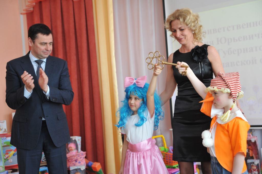 Дмитрий Миронов дал старт строительству нового ФОКа в поселке Семибратово, а в Переславле-Залесском передал символический ключ от обновленного детсада