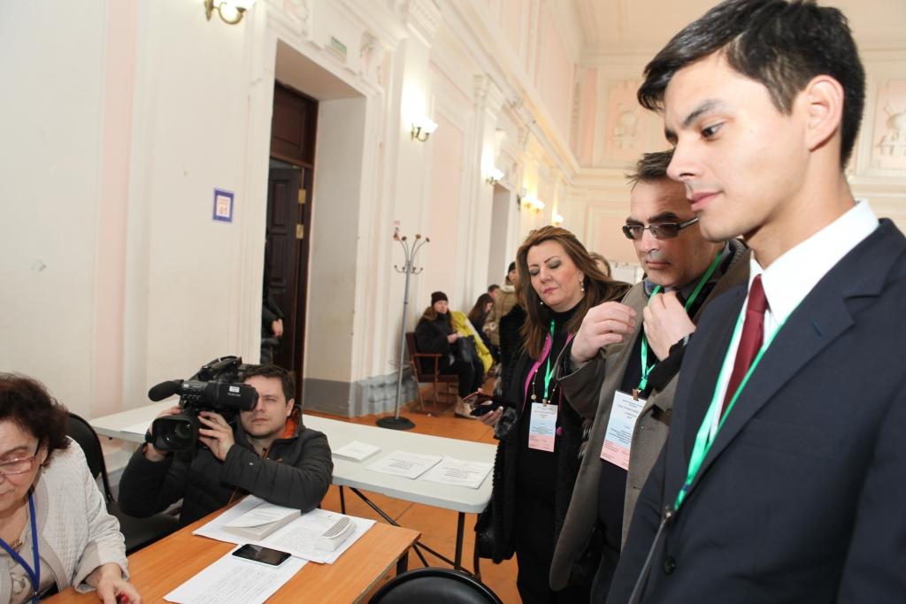Международные наблюдатели оценили работу КОИБов и попробовали русские пирожки на избирательных участках Ярославской области