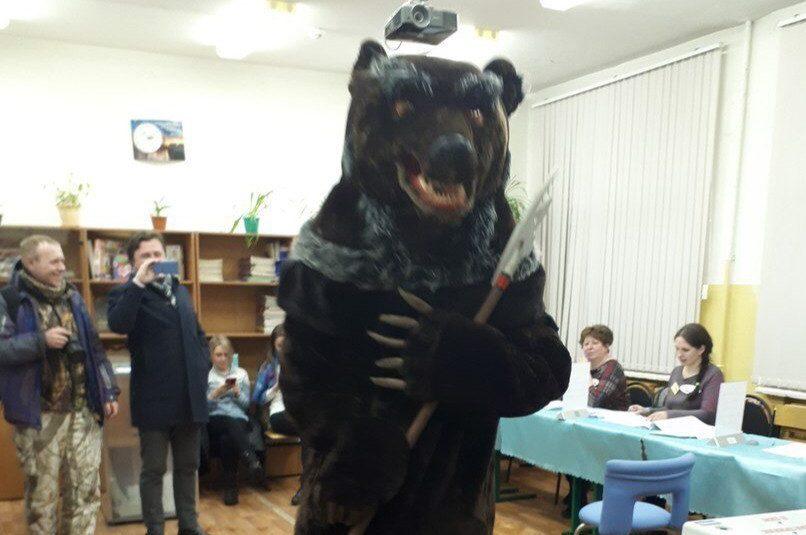 Медведь пришел на избирательный участок и сделал свой выбор на президентских выборах в Ярославле