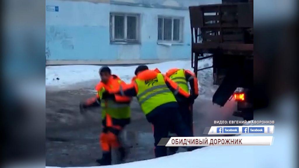 ВИДЕО: Разгневанный дорожник швырнул кусок асфальта в неравнодушного ярославца