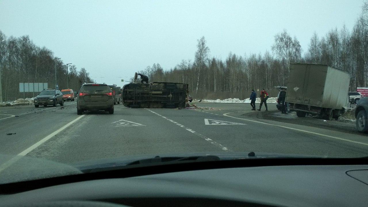 На трассе М8 в Ростовском районе столкнулись две газели: одна перевернулась, вторая в кювете