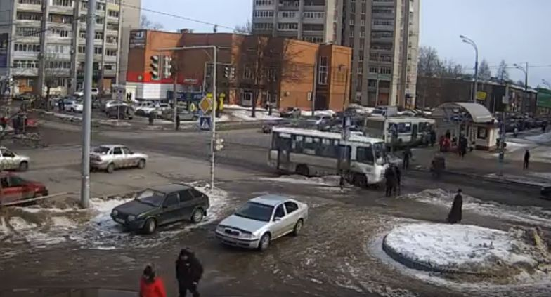 ВИДЕО: В Рыбинске маршрутка на полном ходу сбила женщину