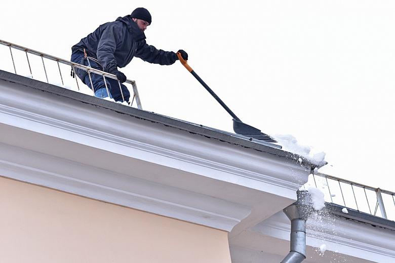 Будьте осторожны, чаще смотрите вверх: крыши в Ярославле активно очищают от снега и льда