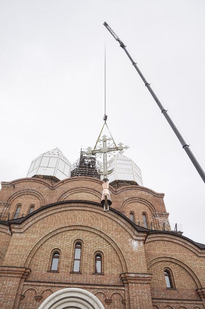 Главный купол Свято-Тихоновского храма в Ярославле теперь украшает крест