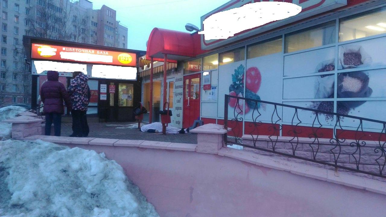 Во Фрунзенском районе при входе в супермаркет скончался мужчина