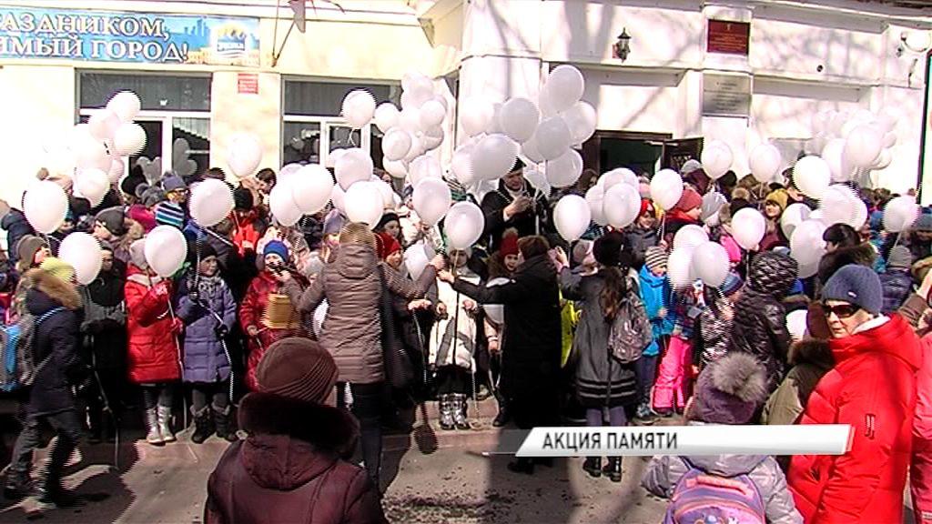 В память о погибших в Кемерове белые воздушные шары взмыли в небо над 43 школой