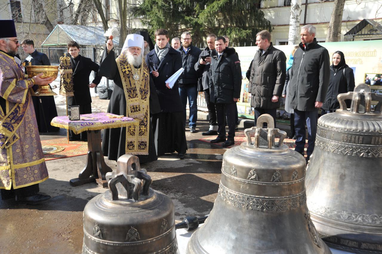 В память о погибших в пожаре в Кемерове прозвучал первый удар колокола воссозданной колокольни