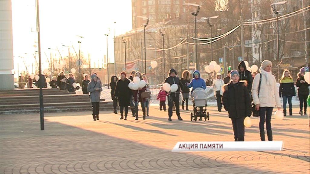Ярославцы запустили в небо белые шары в память о погибших в пожаре в Кемерове