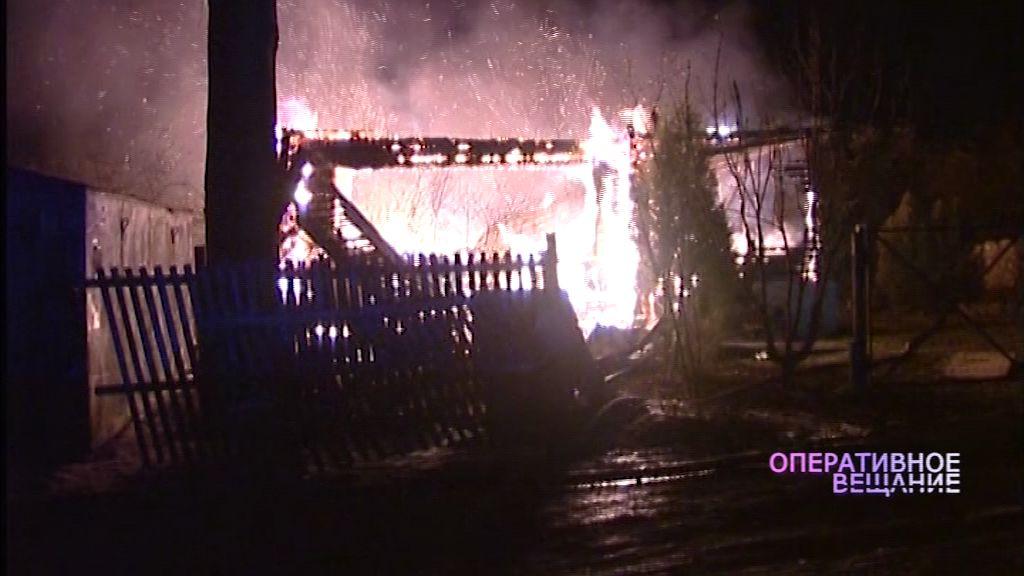 Пожарные всю ночь тушили загоревшийся частный дом в поселке Семибратово