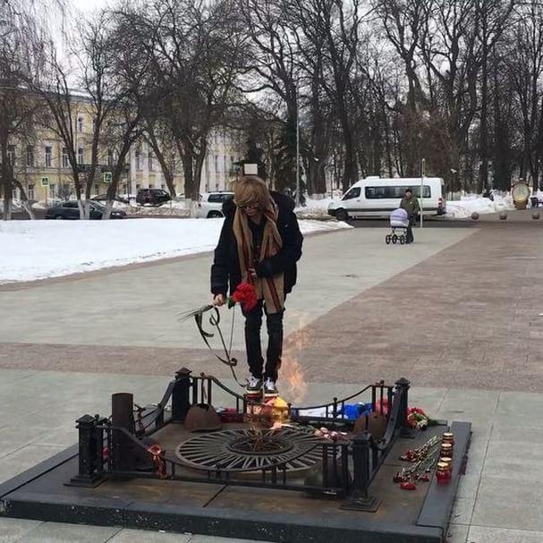 Звезда в шоке: Сергей Зверев возложил цветы к Вечному огню в Ярославле