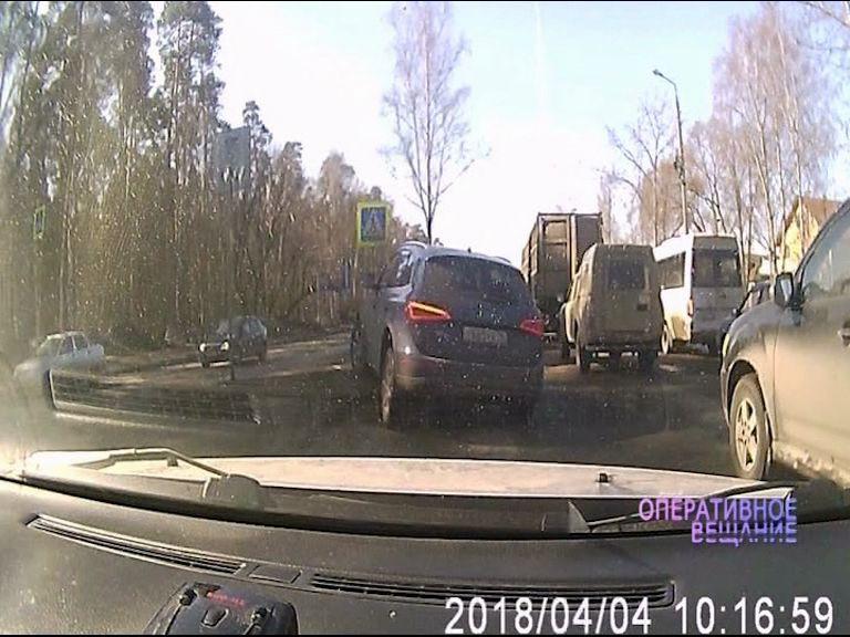 ВИДЕО: Нетерпеливый водитель развернулся прямо на пешеходном переходе