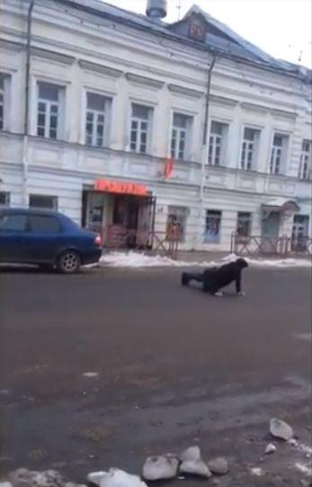 ВИДЕО: отчаянный спортсмен чуть не попал под колеса, отжимаясь на проезжей части