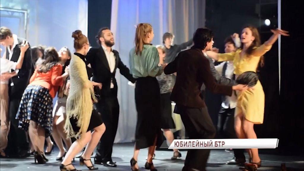 «Мастер и Маргарита» за два вечера, апельсины и шанс попасть на большую сцену: чем порадует фестиваль «Будущее театральной России»