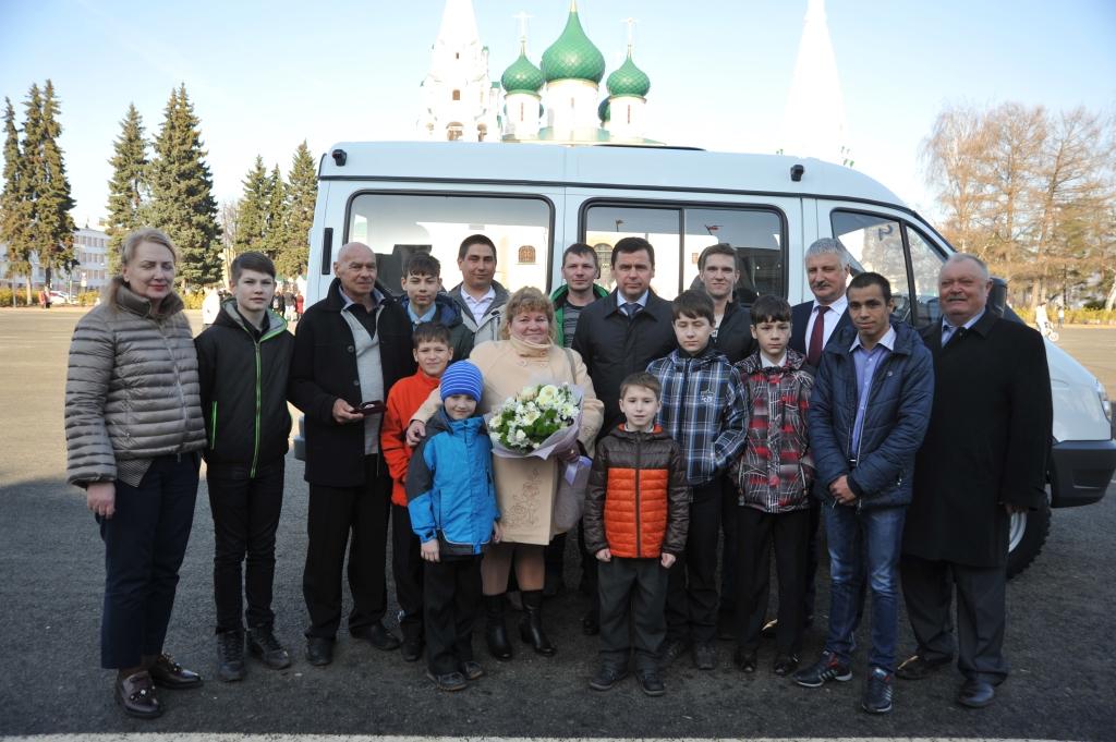 Дмитрий Миронов подарил рыбинской семье с 25 детьми микроавтобус