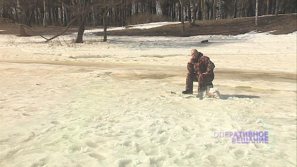 Рыбаки продолжают ловить рыбу на обманчивом весеннем льду: чем им это грозит