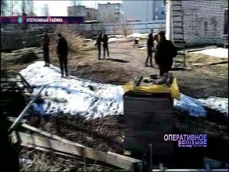 В Тутаеве приставы приехали на тракторе к частному дому и снесли забор