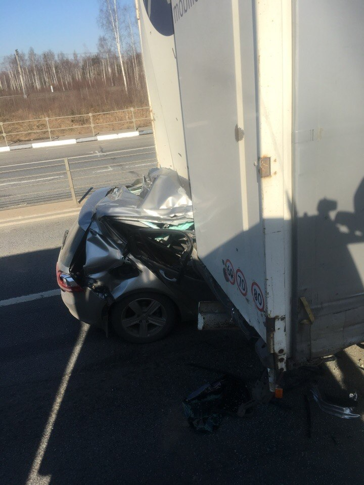 ФОТО: На трассе М8 иномарка влетела под грузовик: авто в гармошку, водитель погиб