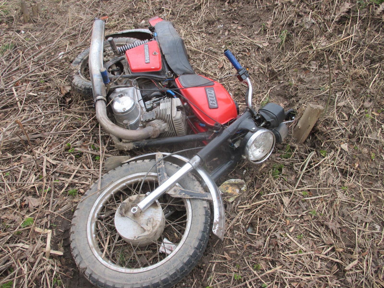 В Ярославской области мотоциклист без прав наехал на пожилую женщину