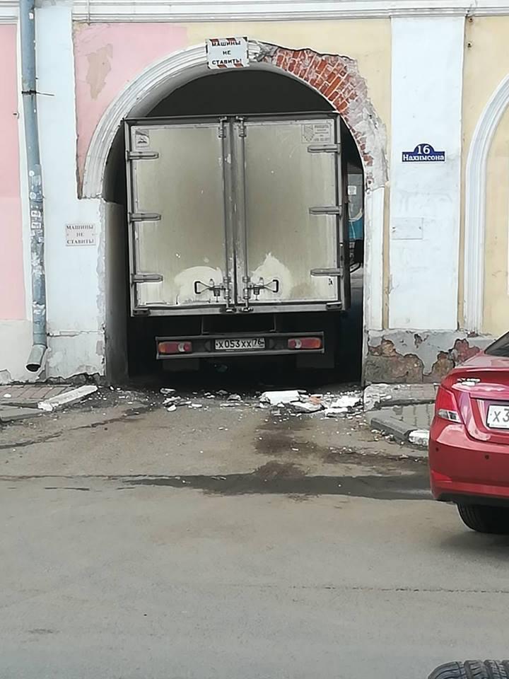 В Ярославле водитель «Газели» очень хотел проехать в тесную арку, но не смог