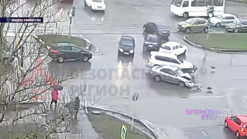 ВИДЕО: На пересечении улицы Елены Колесовой и Ленинградского проспекта два авто не поделили дорогу
