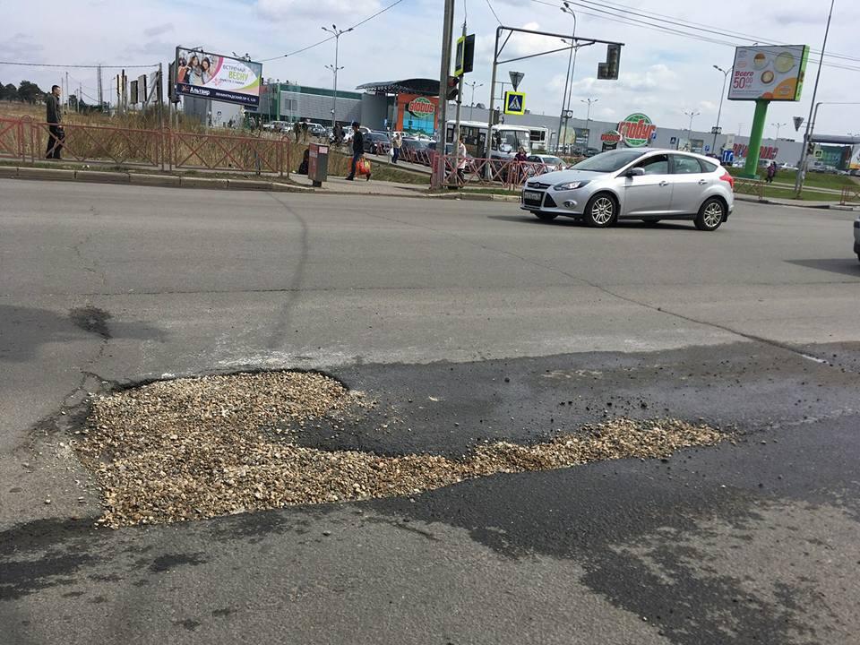Ярославцы теперь сами заделывают ямы на дорогах