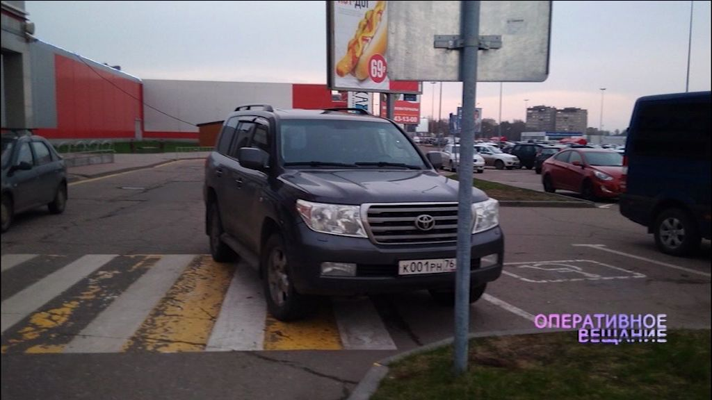 Водитель внедорожника припарковался прямо на пешеходном переходе у ярославского ТЦ