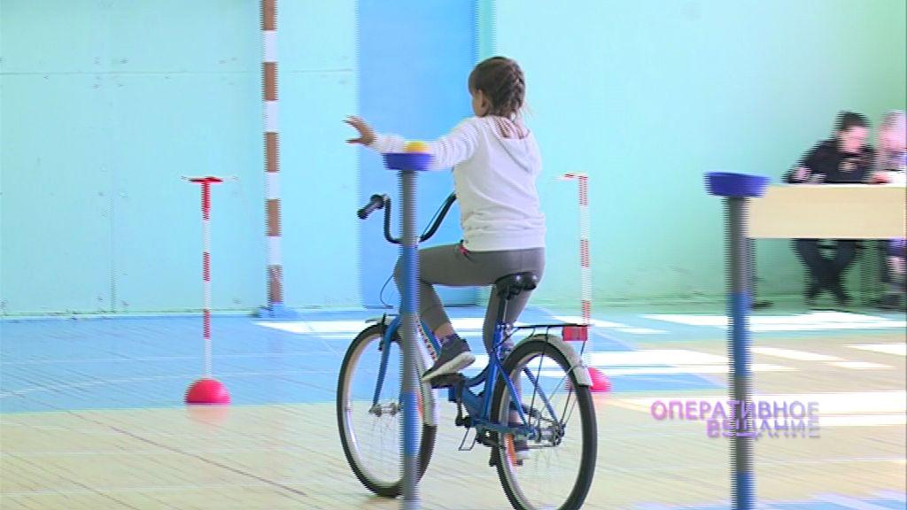Ярославские школьники показали, как умеют ездить на велосипедах, на конкурсе ГИБДД «Безопасное колесо»
