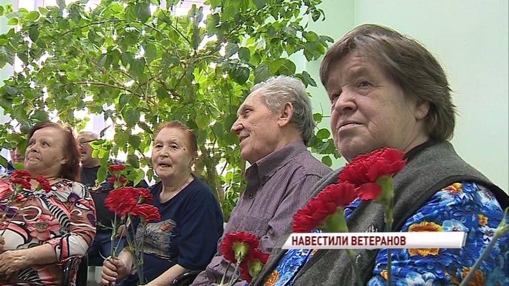 Большая делегация поздравила ветеранов с Днем Победы в Ярославском военном госпитале